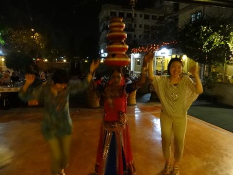 レストランで民俗舞踊