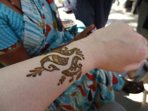 ヘナで肌を染めるヘナ・タトゥー